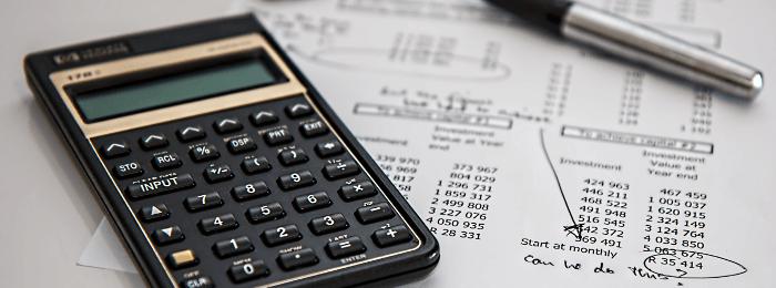 Kalkulator i wyliczenia na papierze