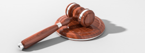 Młotek sędziowski, rozprawa w sądzie, broker vs upadła firma