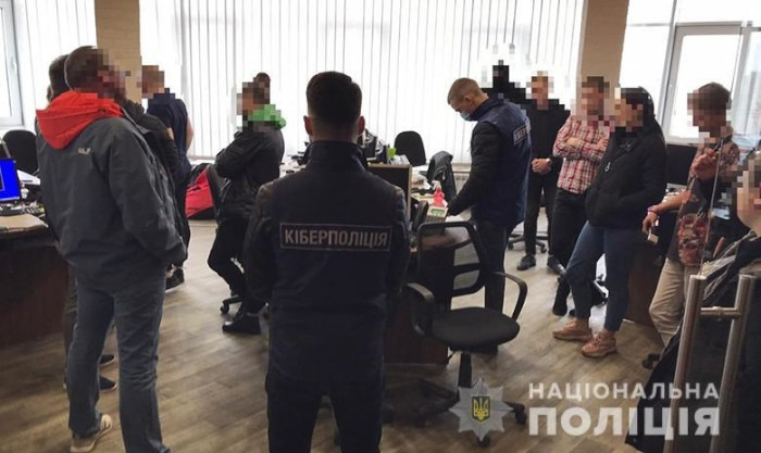 zdjęcia z akcji zatrzymania oszustów forex w kijowskim biurze fimry