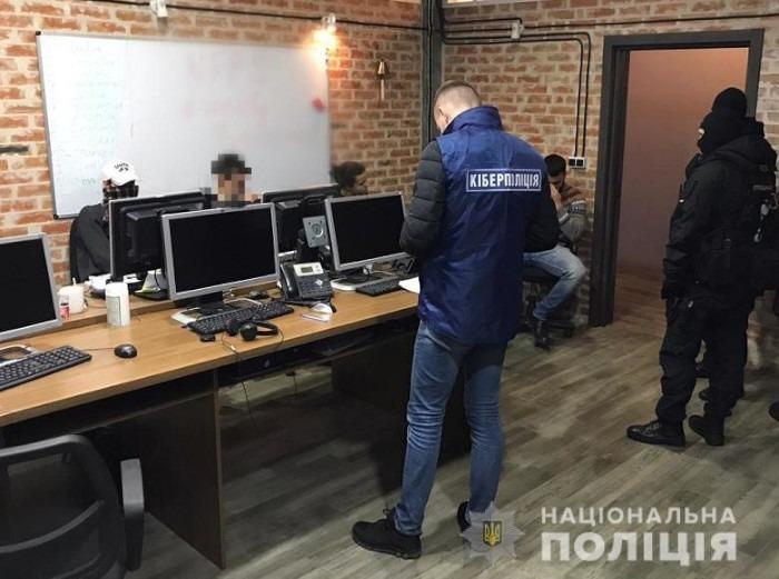 ukraińska policja podczas zatrzymania oszustów z kijowskiego call center