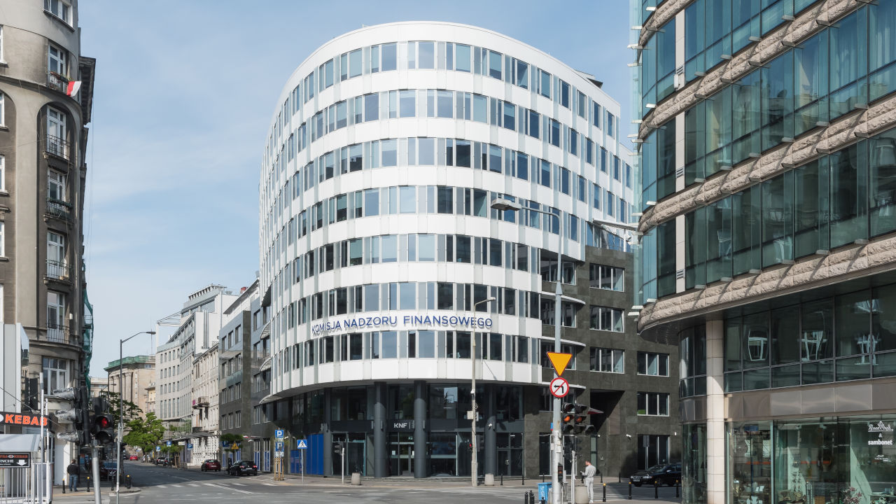 budynek komisji nadzoru finansowego na pięknej w warszawie
