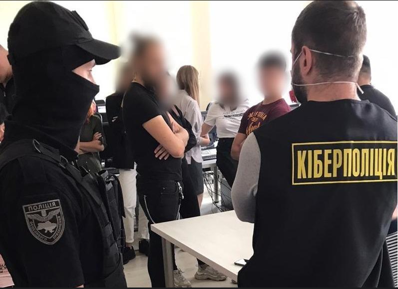Funkcjonariusze ukraińskiej cyberpolicji w rozbitej kotłowni we Lwowie - źródło: cyberpolice.gov.ua