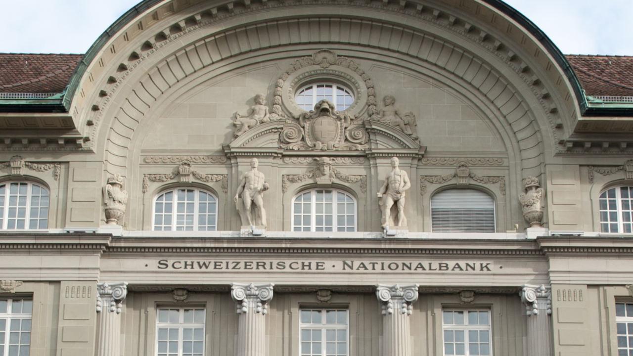 centralny bank szwajcarii z łatką manipulatora forex